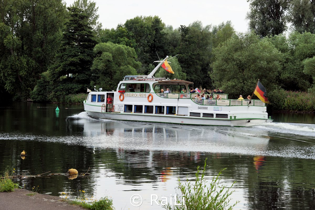 Ausflugsboot am Wasserbahnhof