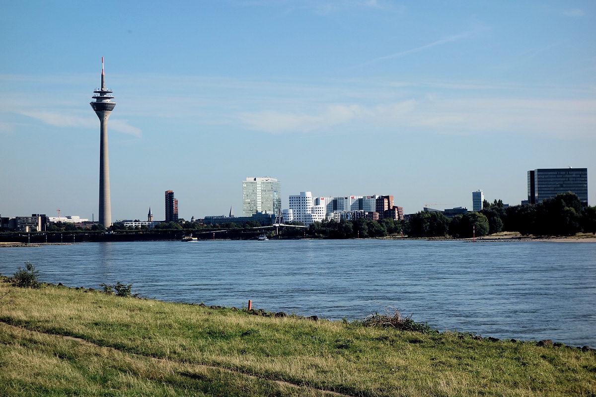 Blick auf den neuen Hafen in Düsseldorf
