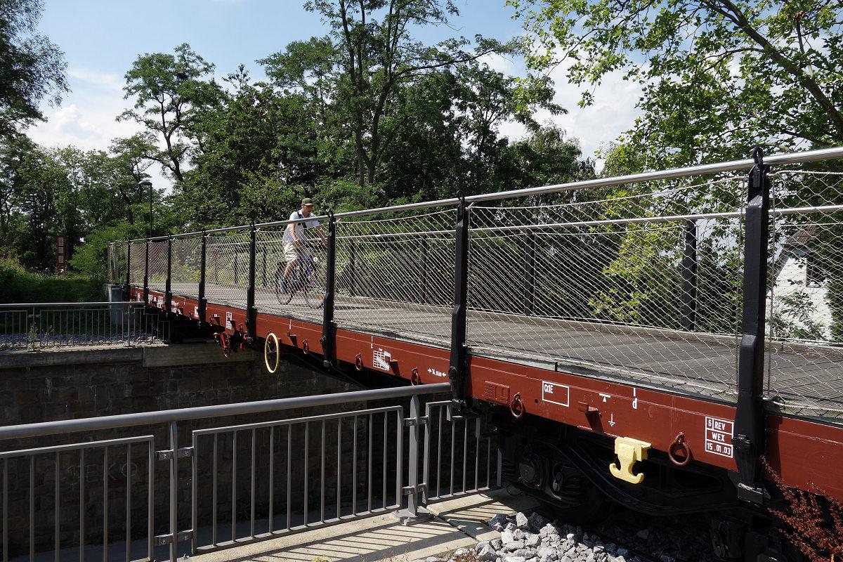 Eisembahnwaggon als Brücke