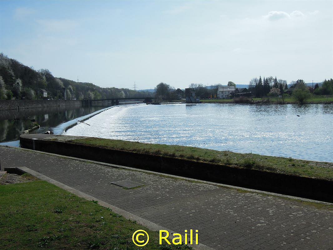 Rollwehr in Bochum Dalhausen. Im Hintergrund sehen sie die Pontonbrücke